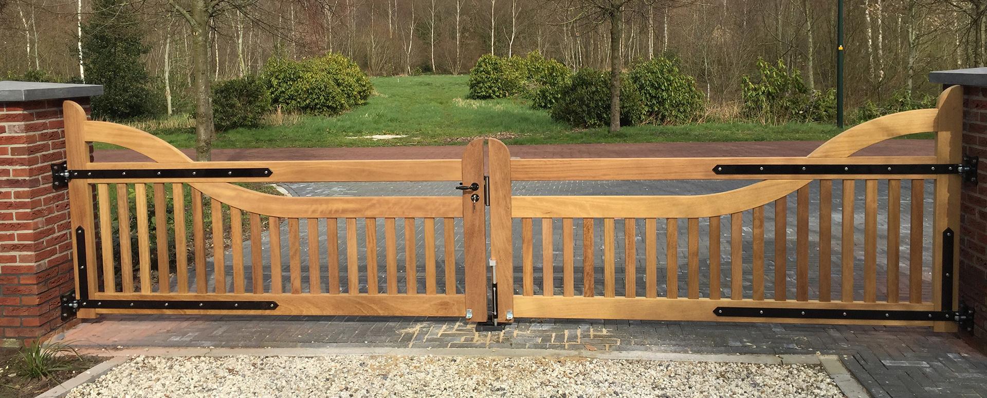 Houten poort, draaipoort, landelijke stijl. Maatwerk exclusieve poort van zeer duurzaam hout. Vakmanschap van Farm Poorten.