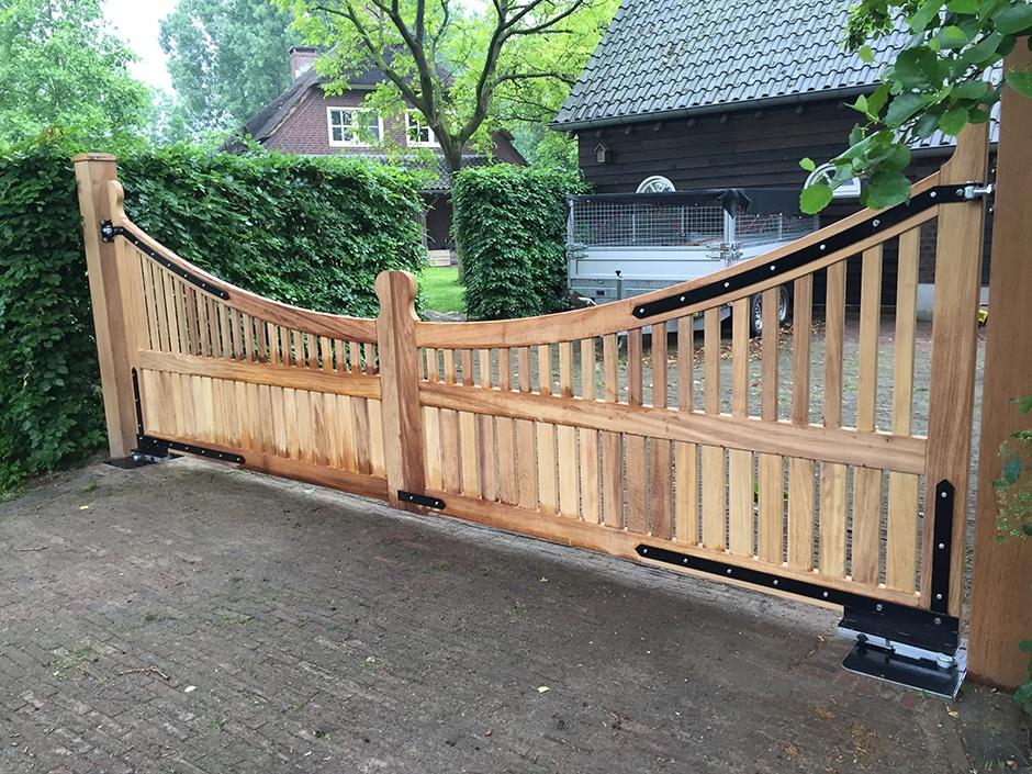 Grote houten poort landelijke stijl, draaipoort Maatwerk exclusieve poort van zeer duurzaam hout. Vakmanschap van Farm Poorten. Farm Poorten maakt landelijke houten poorten, maar ook strakke moderne houten poorten en veilige dichte poorten en hekken.