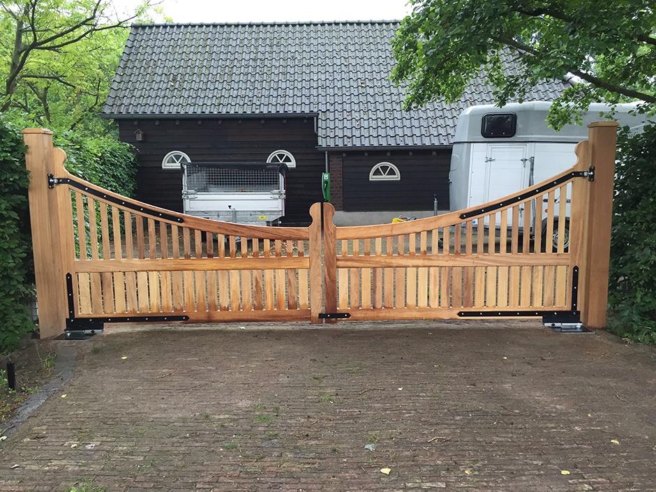 Houten poort landelijke stijl, draaipoort Maatwerk exclusieve poort van zeer duurzaam hout. Vakmanschap van Farm Poorten. Farm Poorten maakt landelijke houten poorten, maar ook strakke moderne houten poorten en veilige dichte poorten en hekken.