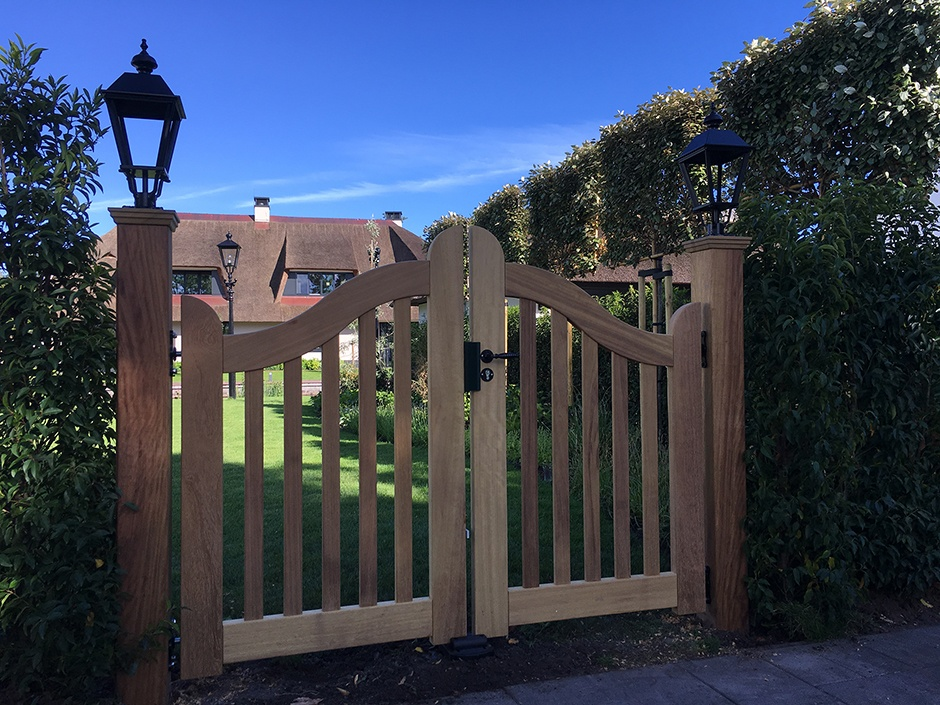 Tuinpoort, looppoort, hout, landelijke stijl. Exclusieve maatwerk houten poorten, hekken en hekwerk van Farm Poorten.