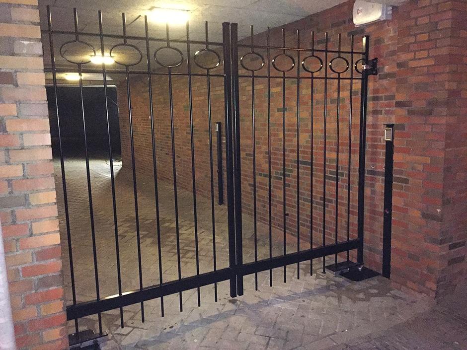 Beveiligingspoort, beveiligingshek, afsluitbare poort, afsluitbaar hek. Massief ijzeren hekwerk van Farm Poorten. Poortautomatisering door Porttech.